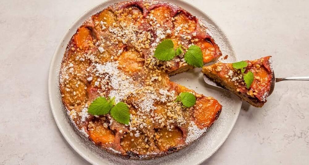 Så enkelt lager du en dessertkake av plommene fra hagen