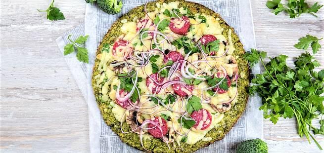 Brokkolipizza med salami, ridderost, sjampinjong og rødløk